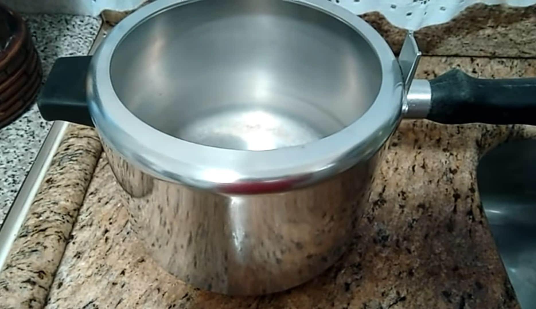 Como tirar manchas e dar brilho em panelas de alumínio