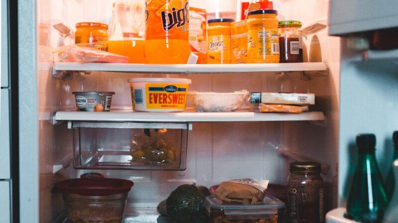 como tirar odor da geladeira